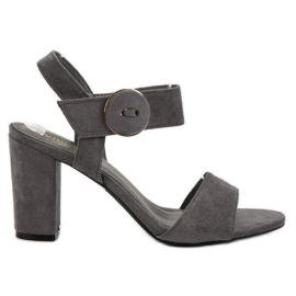 Sandales grises sur le poteau UP de VINCEZA