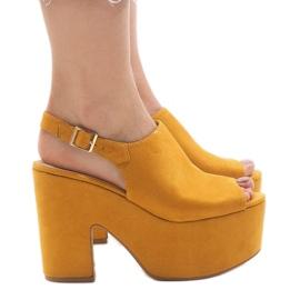 Sandales jaunes sur une brique massive 8263CA