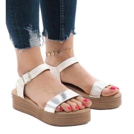 Sandales blanches sur la plateforme 22-07
