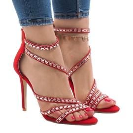 Sandales rouges sur une broche 9081-9
