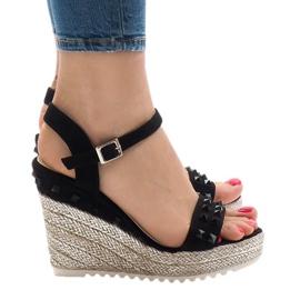 Sandales compensées en daim noir avec des crampons TS-16