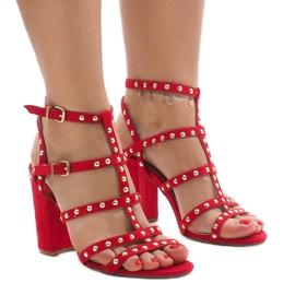 Sandales rouges sur le poteau 168-163