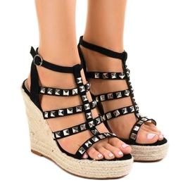 Sandales noires sur le coin de paille 9529