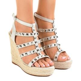 Sandales grises sur le coin de paille 9529