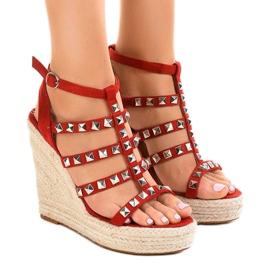 Sandales rouges sur le coin de paille 9529