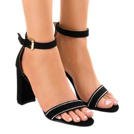 Sandales noires sur le poteau avec paillettes A8020