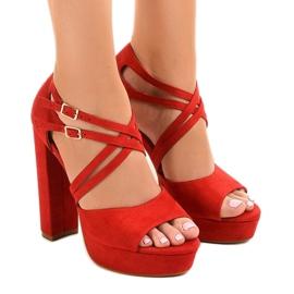 Sandales rouges sur le stiletto en daim D09