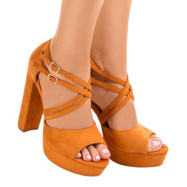 Sandales orange sur le stiletto en daim D09
