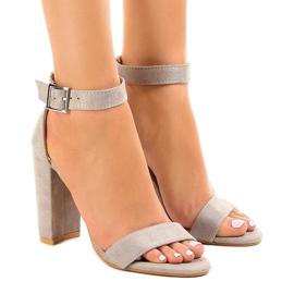 Sandales grises sur le poteau avec boucle 369-18