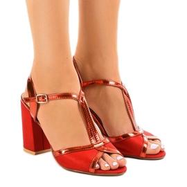 Sandales rouges sur le pilier en daim WED503