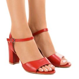 Sandales rouges sur le poste exposé FZ583