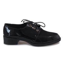 Chaussures laquées noires sur un talon délicat J1116