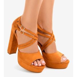 Sandales orange sur le stiletto en daim D09 1