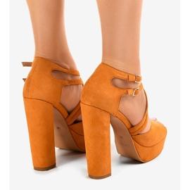 Sandales orange sur le stiletto en daim D09 3